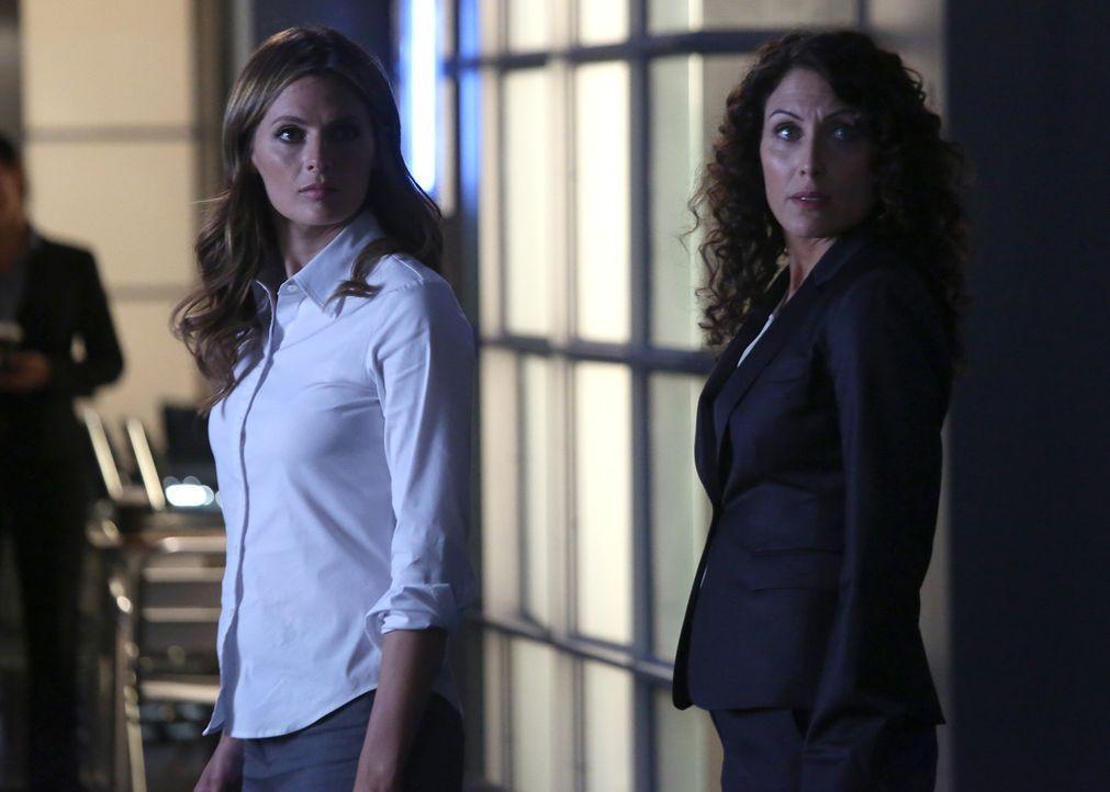 Können Kate Beckett (Stana Katic, l.) und Agent Rachel McCord (Lisa Edelstein, r.) den aktuellen Fall lösen? Und kann Castle gerettet werden? - Bildquelle: ABC Studios