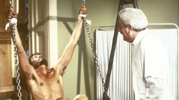 Max Ortiz (René Enriquez, l.) gerät in die Gewalt des sadistischen Dr. Clemen...
