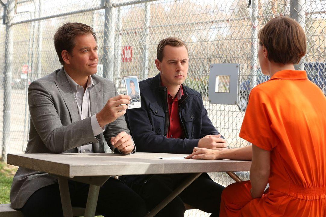 DiNozzo (Michael Weatherly, l.) und McGee (Sean Murray, M.) befragen Kim Troutman (Olesya Rulin, r.) ... - Bildquelle: CBS Television