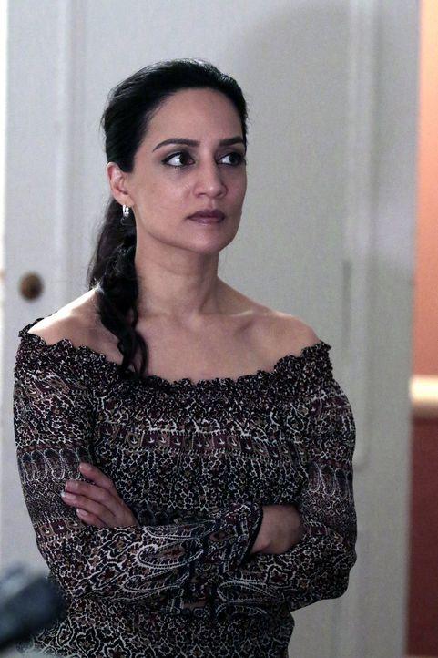 Noch weiß NSA-Agentin Nas Kamal (Archie Panjabi) nicht, dass sich in Bordens Büro eine Abhörwanze befindet, die das Signal auf einen NSA-Server über... - Bildquelle: Warner Brothers