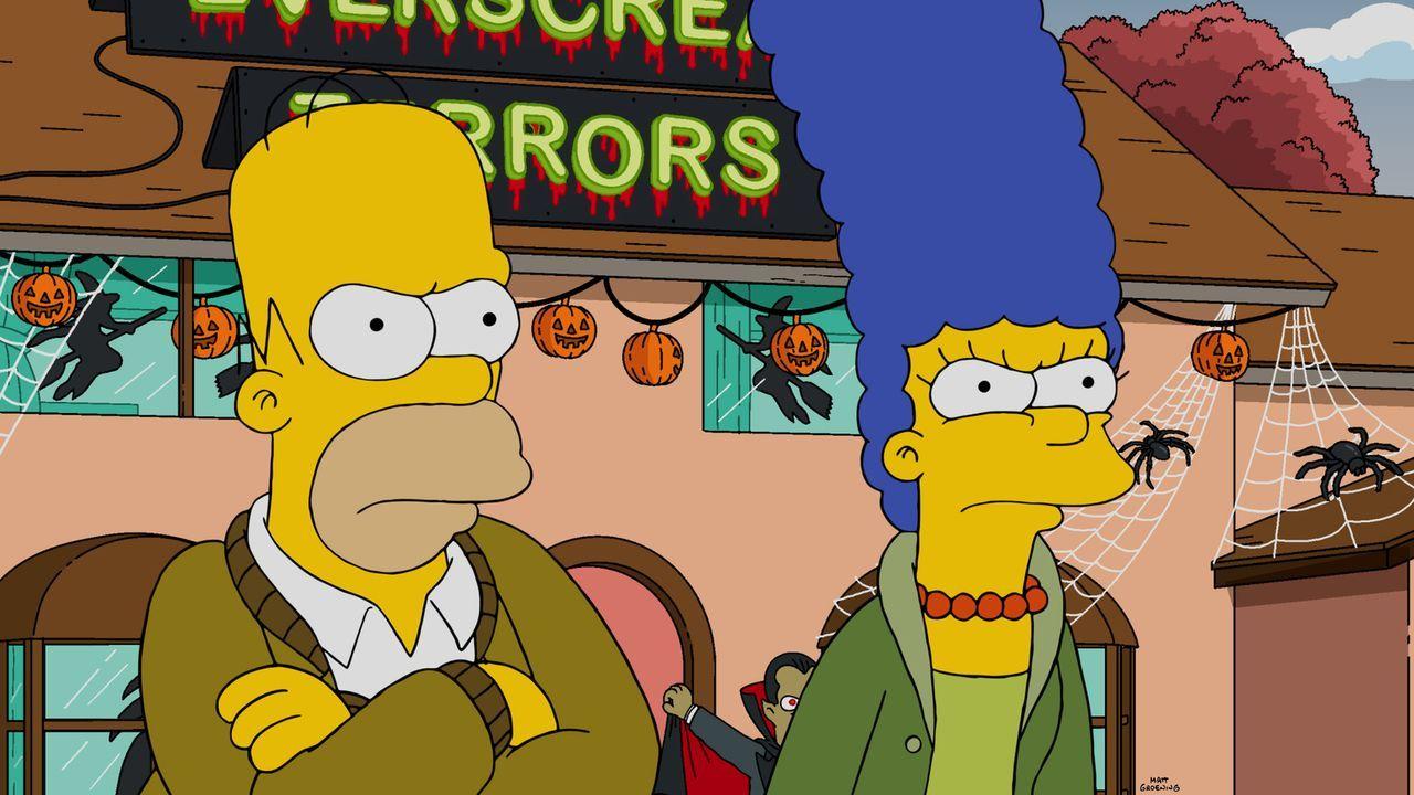 Da Lisa Angst vor der Halloween-Dekoration hat, beschließen Homer (l.) und Marge (r.), das Haus halloweenfrei zu gestalten und so muss Homer die kom... - Bildquelle: 2015 Fox and its related entities.  All rights reserved.