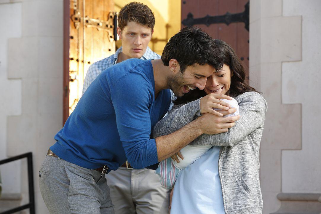 Rafael (Justin Baldoni, M.) und Jane (Gina Rodriguez, r.) sind überglücklich, als Michael (Brett Dier, l.) ihnen Mateo zurückbringt ... - Bildquelle: Greg Gayne 2015 The CW Network, LLC. All Rights Reserved.