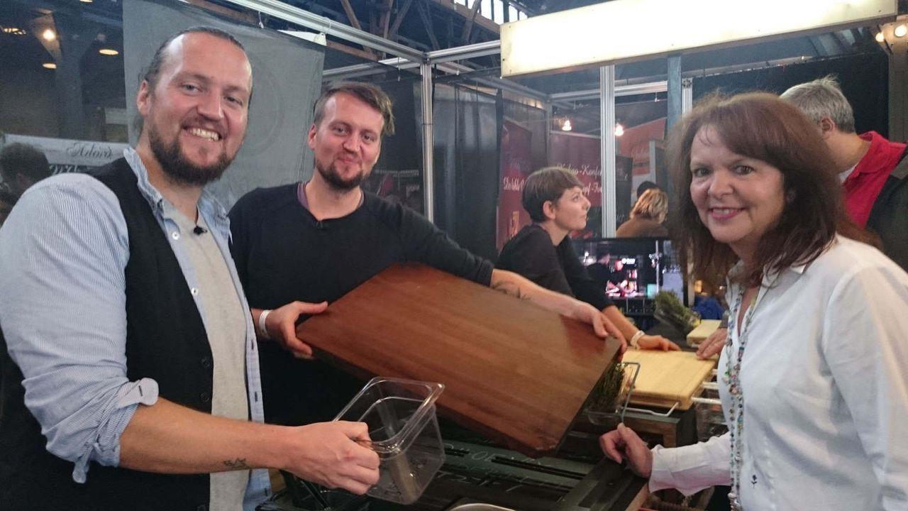 """Die Zwillinge Joseph und Johannes Schreiter (l. und M.) haben über das perfekte Küchenbrett nachgedacht, das Ergebnis: das """"Frankfurter Brett"""", bei... - Bildquelle: kabel eins"""