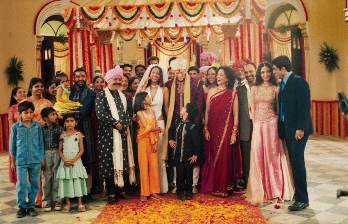 "Ende gut, alles gut: Der Werbetexter Alex (Jason Lewis, 10.v.r.) heiratet seine ""Bollywood-Braut"" Reena (Kashmira Shah) ..."