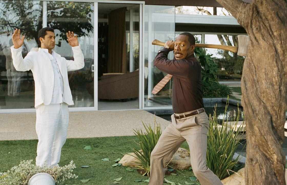 Mit allen Mitteln versucht Jack McCall (Eddie Murphy, r.), dem Zauber von Dr. Sinja (Cliff Curtis, l.) zu entkommen, doch nur Schweigen kann ihm das... - Bildquelle: (2012) DW Studios L.L.C. All rights reserved.