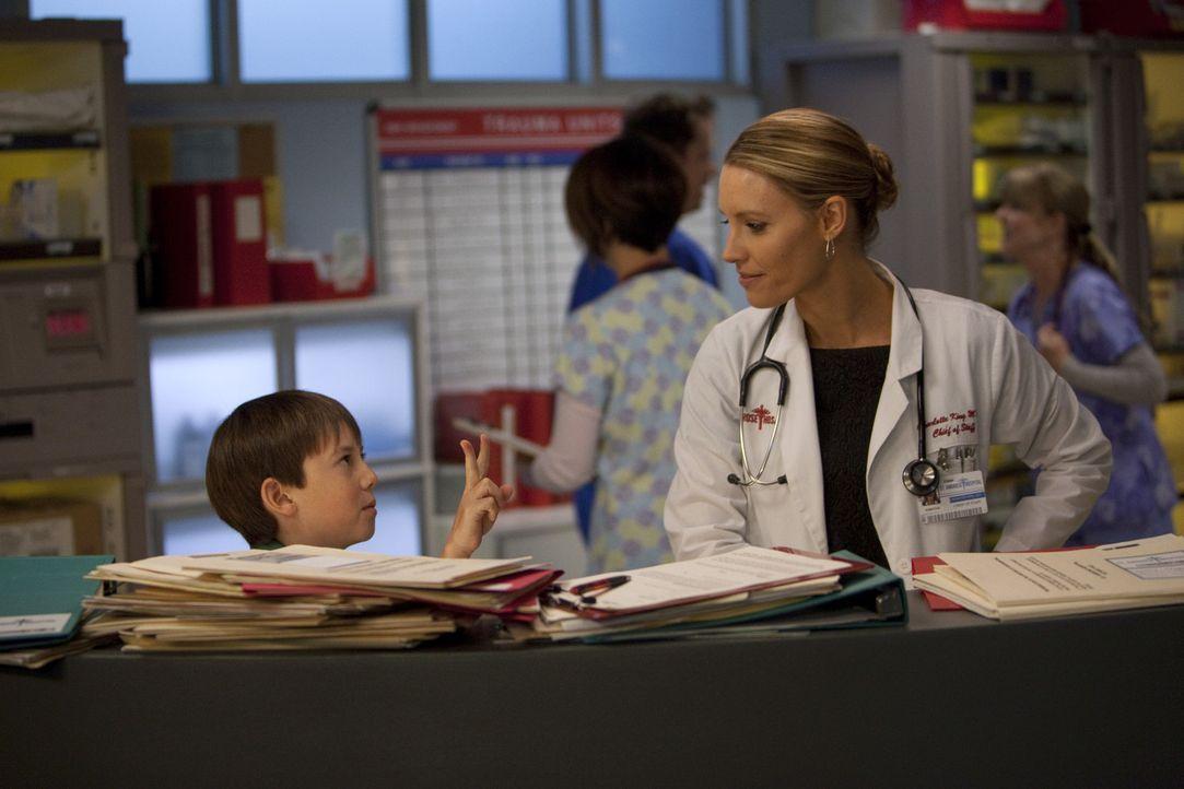 Charlotte (KaDee Strickland, r.) ist überrascht, als sie Mason (Griffin Gluck, l.) im Krankenhaus an der Rezeption antrifft ... - Bildquelle: ABC Studios