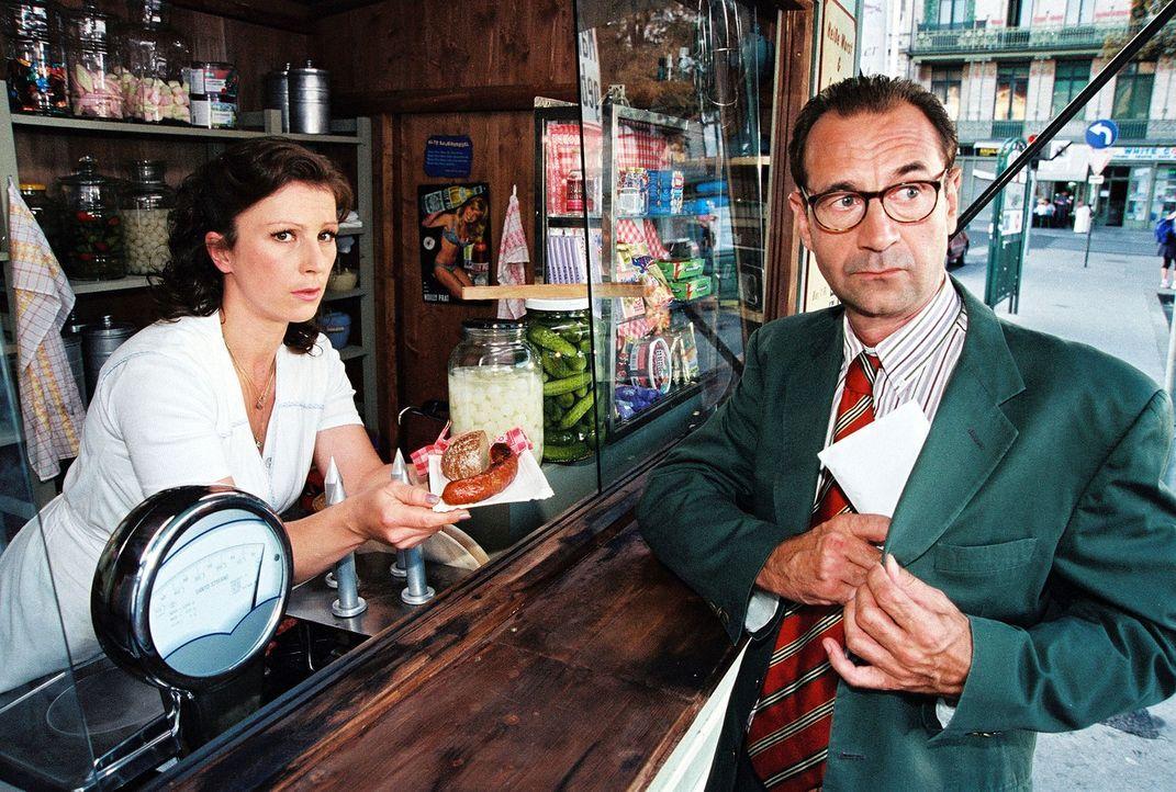 Stecken Elli (Bettina Redlich, l.) und Rechtsanwalt Dr. Wagner (Dietrich Siegl, r.) unter einer Decke? - Bildquelle: Ali Schafler Sat.1