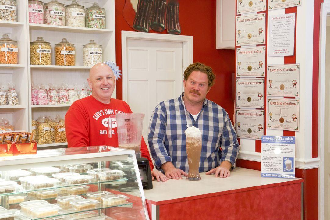 """Kevin Klosowski (l.), der Besitzer des """"Santa's Candy Castle"""" in Louisville, zeigt dem Casey (r.), wie die Eisschokolade für die anstehende """"Fire &... - Bildquelle: 2017,The Travel Channel, L.L.C. All Rights Reserved."""