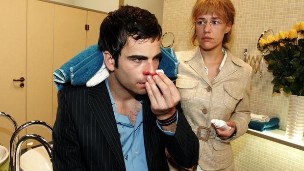 Zunächst verärgert, verarztet Lisa (Alexandra Neldel, r.)  David (Mathis Künz...