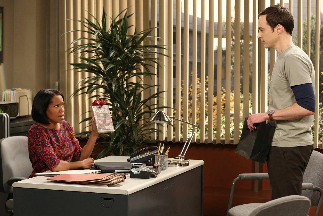 Nicht nur Leonard und Kripke versuchen bei Janine Davis (Regina King, l.), einem Mitglied des Entscheidungskomitees, zu punkten, auch Sheldon (Jim P... - Bildquelle: Warner Bros. Television