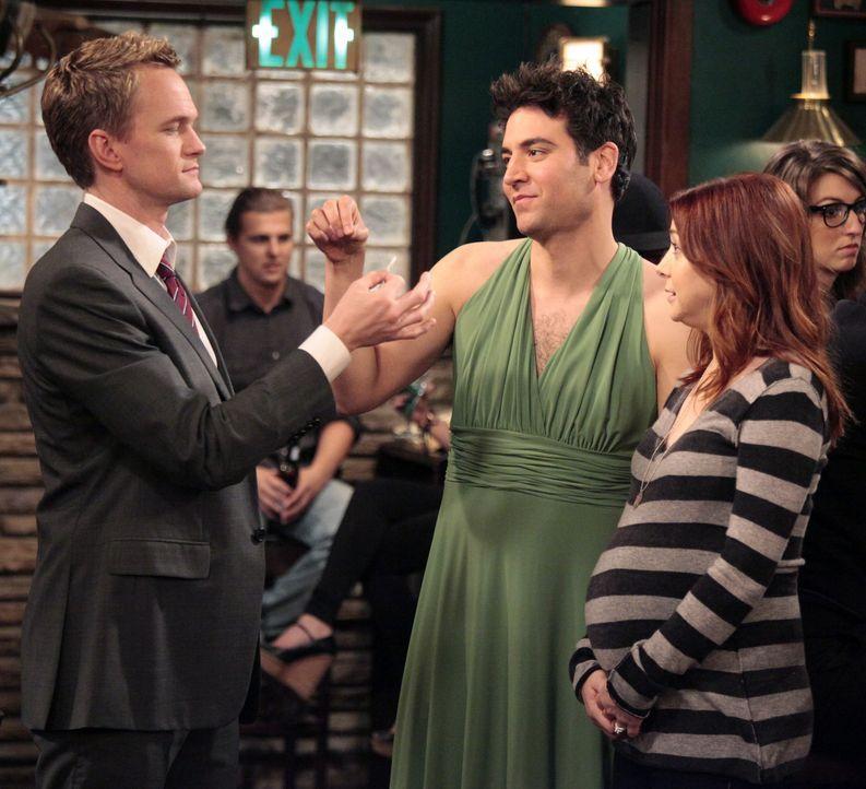 Während Lily (Alyson Hannigan, r.) träumt, mit einem anderen Mann Sex zu haben, versucht Barney (Neil Patrick Harris, l.), Ted (Josh Radnor, M.) daz... - Bildquelle: 20th Century Fox International Television
