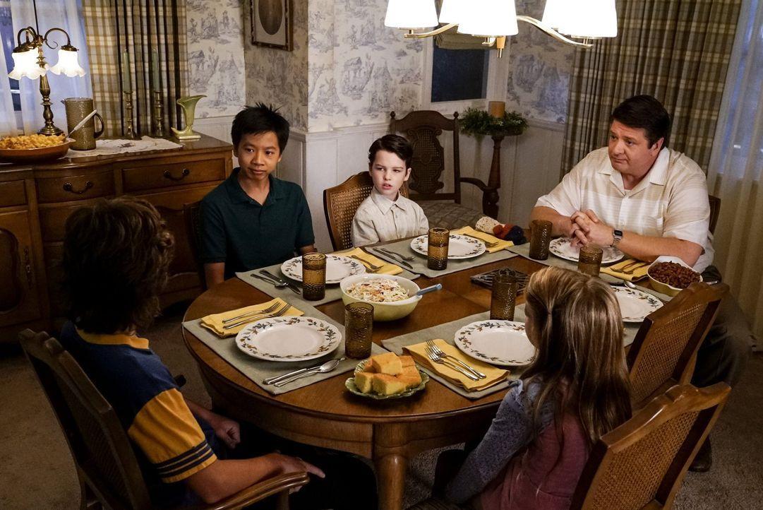 Kann ein Familienessen mit Sheldons (Iain Armitage, M.) neuem Freund wirklich gutgehen oder treten (im Uhrzeigersinn) Georgie (Montana Jordan), Tam... - Bildquelle: Warner Bros.