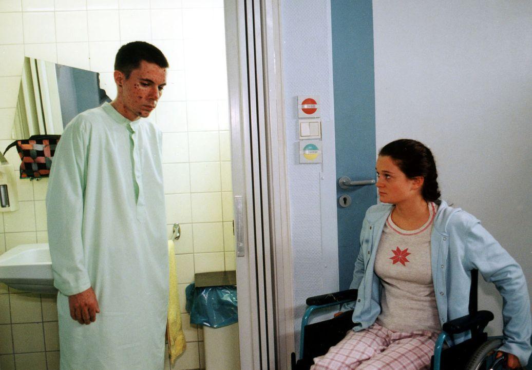 Zu Sarah (Natalie Spinell, r.), die nach einem Reitunfall im Rollstuhl sitzt, gewinnt der verschlossene Erik (Andreas Bisowski, l.) langsam Vertraue... - Bildquelle: Noreen Flynn Sat.1