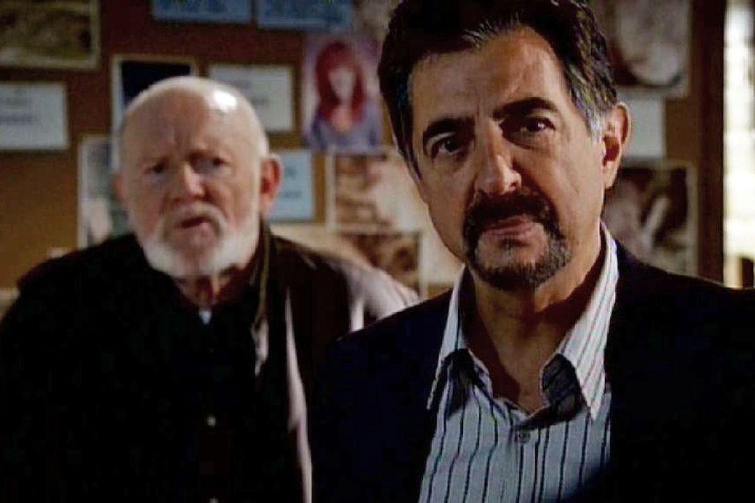 David Rossi (Joe Mantegna, r.) und seine Profiler ermitteln in einem Fall, der starke Ähnlichkeiten mit einer Mordserie vor 27 Jahren aufweist... - Bildquelle: Touchstone Television