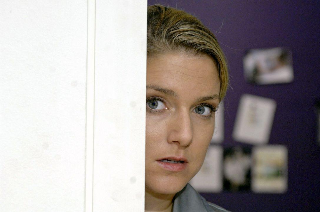Das romantische DVD-Gucken mit Jannick endet für Anna (Jeanette Biedermann) in einer schrecklichen Situation. - Bildquelle: Oliver Ziebe Sat.1