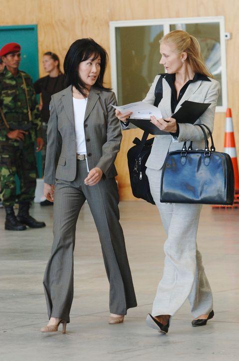 Sandra Ling (Geraline Knox, l.) und Dr. Varnack (Joely Richardson, r.) läuft die Zeit davon, wenn sie eine schnelle Lösung für das Virus-Problem fin... - Bildquelle: Sony 2007 CPT Holdings, Inc.  All Rights Reserved.