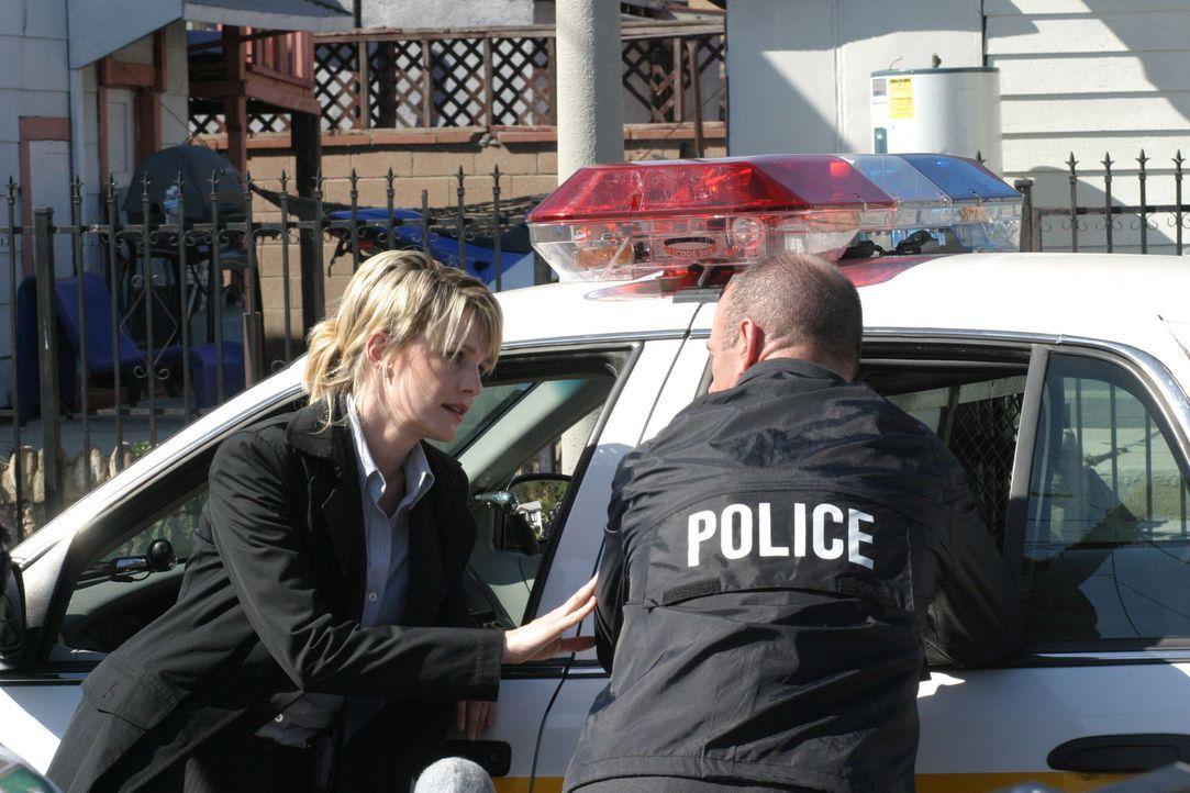 Zusammen mit ihrem Kollegen Lt. John Stillman (John Finn, r.) bespricht Det. Lilly Rush (Kathryn Morris, l.) die weitere Vorgehensweise ... - Bildquelle: Warner Bros. Television