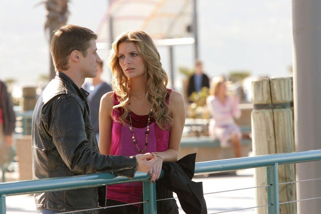 Machen sich Sorgen um Johnny: Marissa (Mischa Barton, r.) und Ryan (Benjamin McKenzie, l.) ... - Bildquelle: Warner Bros. Television