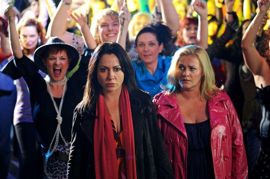 Jenny (Petra Kleinert, r.) sieht, wie enttäuscht Verena (Simone Thomalla, l.) ist, als sie erfährt, dass Leon ein Stripper ist. - Bildquelle: Hardy Spitz Sat.1