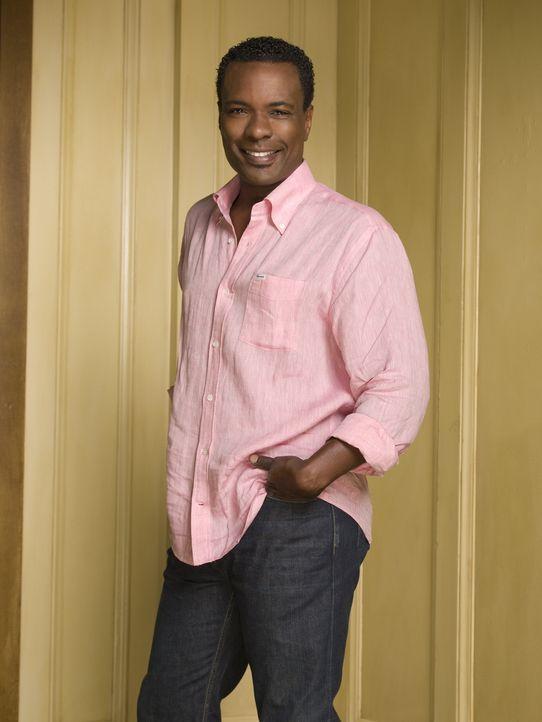(1. Staffel) - Marco (Allan Louis) ist der schwule Koch der Familie, der Gott und die Welt kennt ... - Bildquelle: Warner Bros. Television