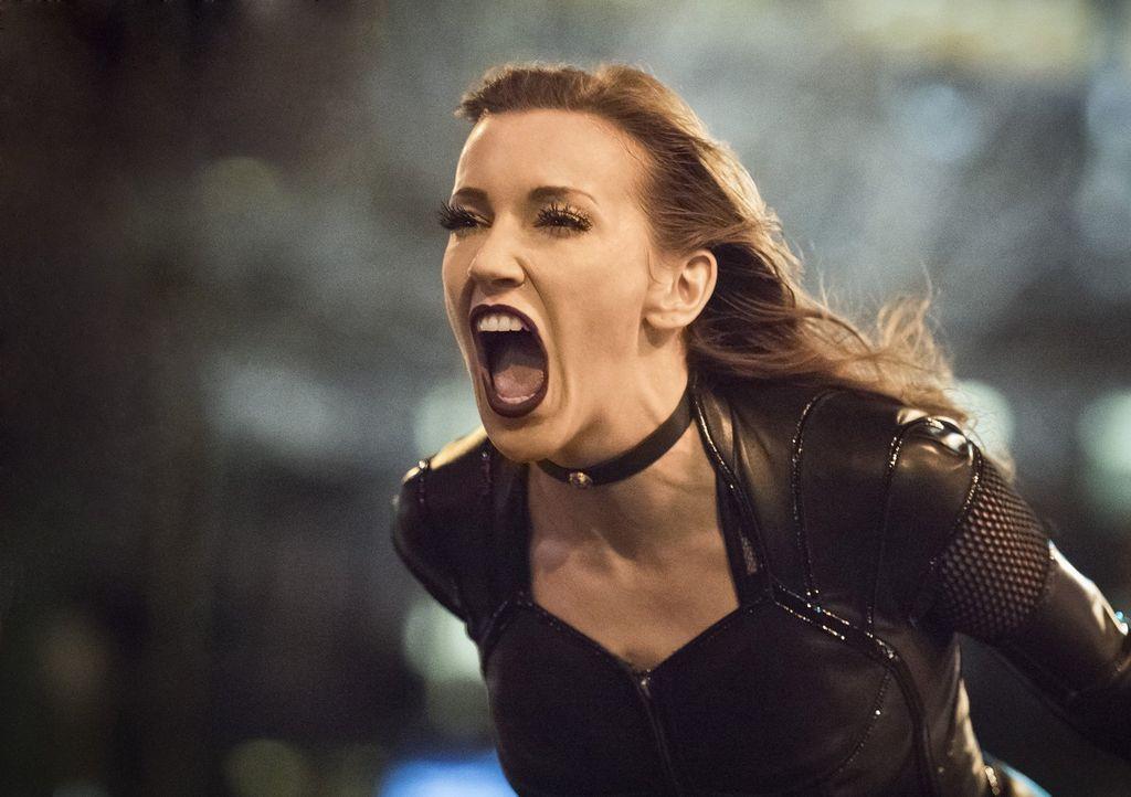 Während Black Siren (Katie Cassidy) sich The Flash vornimmt, machen sich Barrys Freunde Sorgen über seine Unbefangenheit ... - Bildquelle: Warner Bros. Entertainment, Inc.