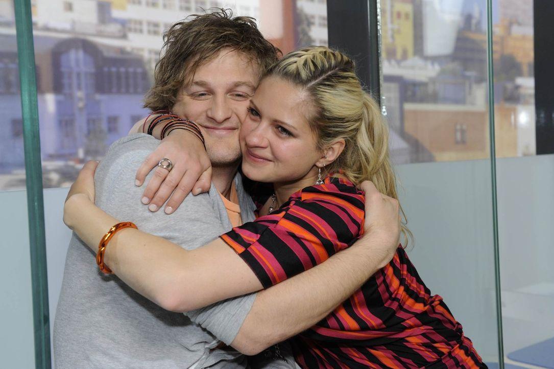 Julian (Bo Hansen, l.) erweist sich als wahrer Freund und hat eine positive Nachricht für Mia (Josephine Schmidt, r.) ... - Bildquelle: SAT.1