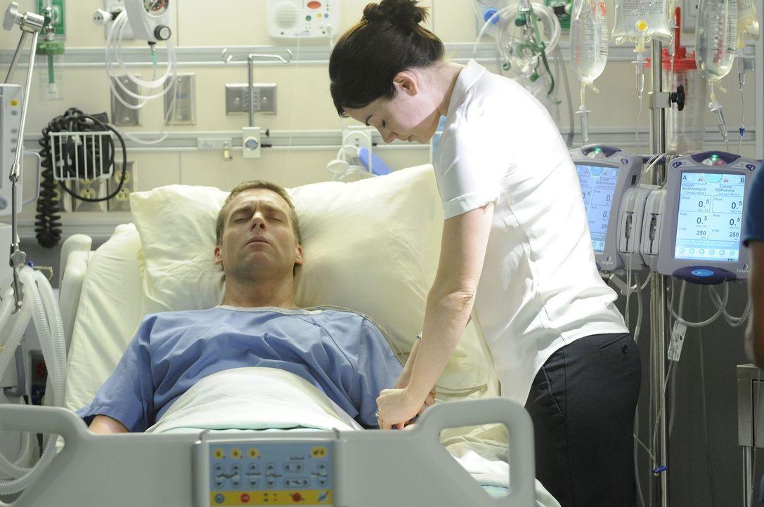 Alle Lebenserhaltenden Maßnahmen wurden gestoppt und Charlies (Michael Shanks, l.) Atmung bleibt trotzdem stabil. Gibt es doch noch Hoffnung für Ale...