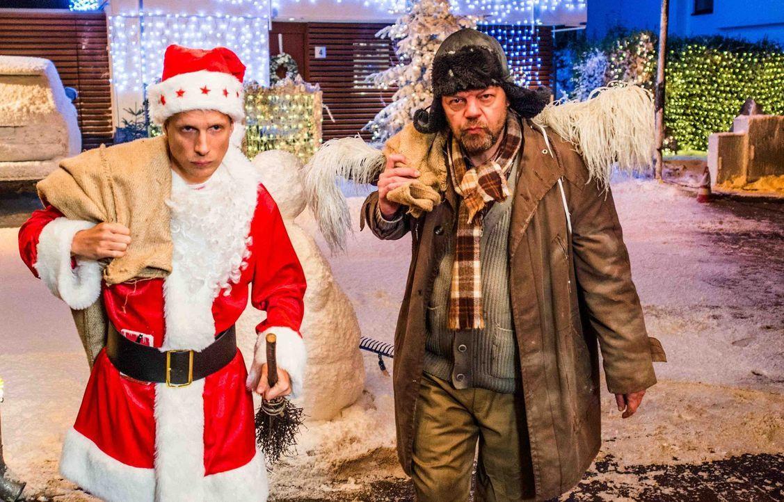 Benutzt dem Weihnachtskrieg, den er unter verfeindeten Nachbar geschürt hat, um sich reichlich beschenken zu lassen: Johannes Herder (Oliver Pocher... - Bildquelle: Wolfgang Ennenbach SAT.1