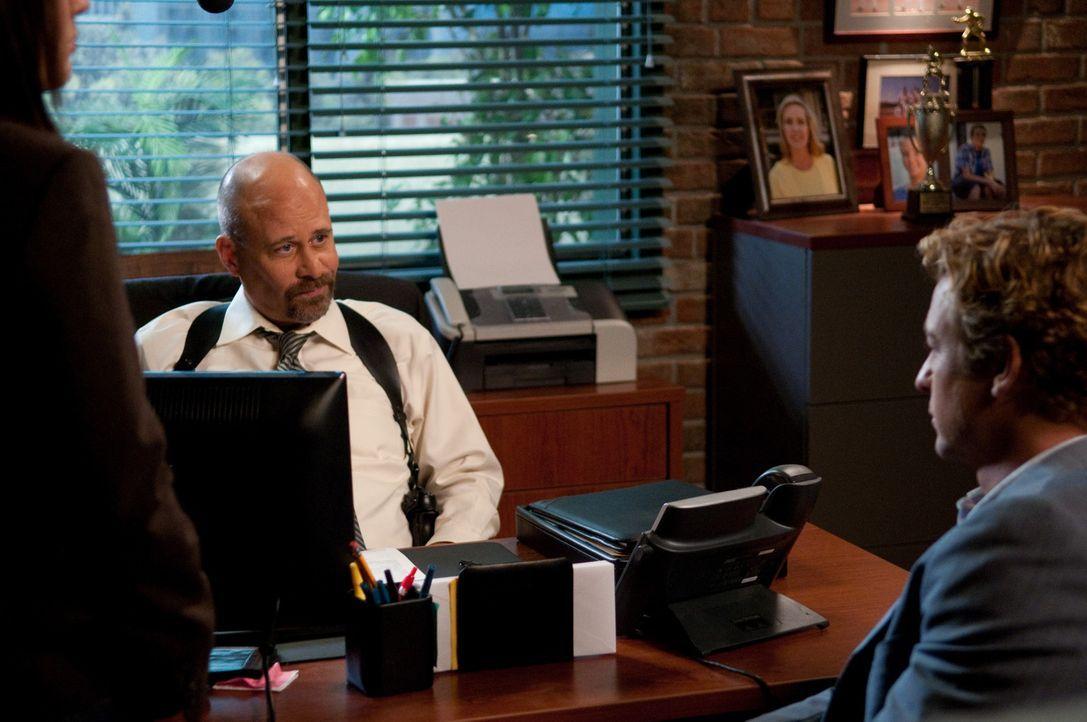Agent Bosco (Terry Kinney, l.) findet bei einem Routinescan die Wanze, die Patrick Jane (Simon Baker, r.) in seinem Büro platziert hat, um mehr üb... - Bildquelle: Warner Bros. Television