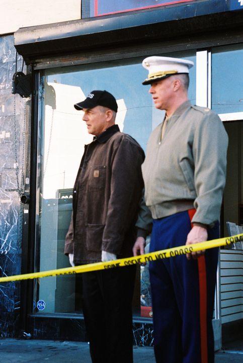 Ein Marine-Rekrutierer, der bekannt dafür ist, seine Quote mit allen Mitteln erreichen zu wollen, wird in seinem Büro erschossen. Gibbs (Mark Harmon... - Bildquelle: CBS Television