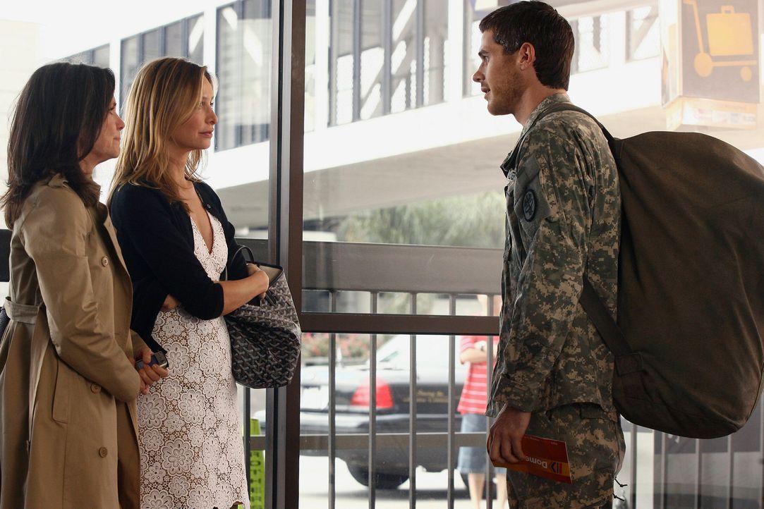 Nora (Sally Field, l.) und Kitty (Calista Flockhart, M.) verabschieden sich von Justin (Dave Annable, r.), der schon früher ins Ausbildungs-Camp mus... - Bildquelle: Disney - ABC International Television