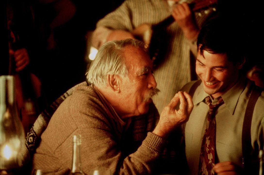 Das Familienoberhaupt Don Pedro Aragón (Anthony Quinn, l.) schließt den vermeintlichen Ehemann (Keanu Reeves, r.) seiner Enkelin spontan in sein H... - Bildquelle: 20th Century Fox