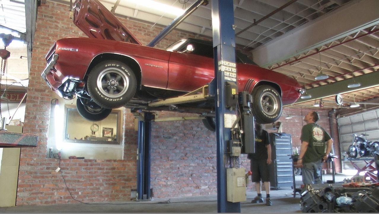 Ein Kunde präsentiert seinen 1969er Camaro, der bereits eine umfangreiche Restaurierung hinter sich hat - leider wurde bei dieser Arbeit mehr kaputt... - Bildquelle: New Dominion Pictures LLC.
