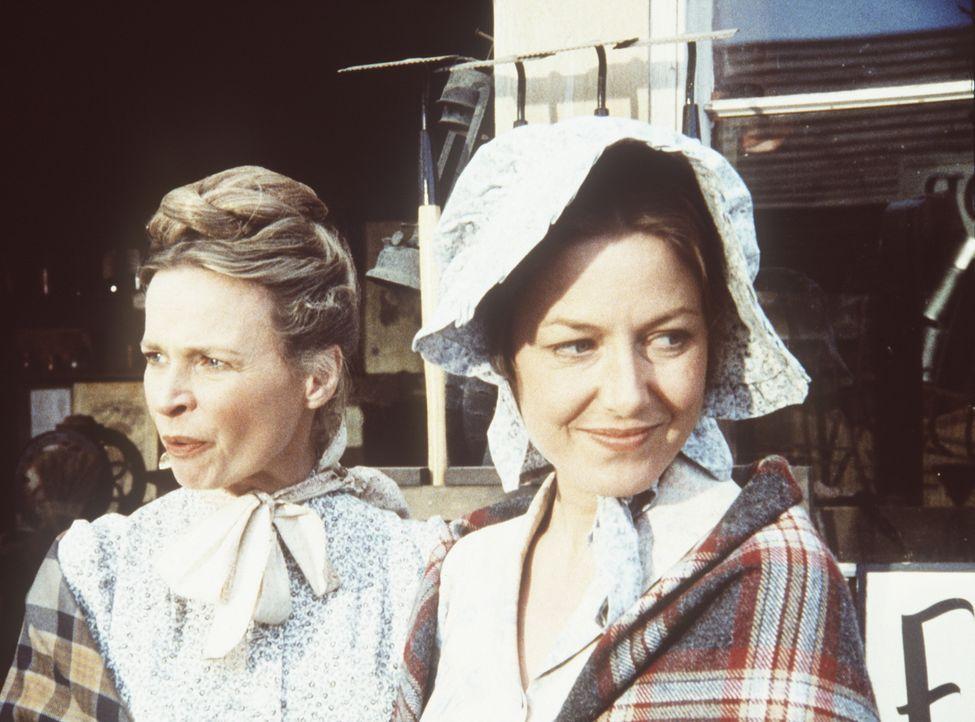 Grace Edwards (Bonnie Bartlett, l.) und Caroline Ingalls (Karen Grassle, r.) stellen beim Einkaufen in dem Goldgräbernest fest, dass die Preise hoff... - Bildquelle: Worldvision