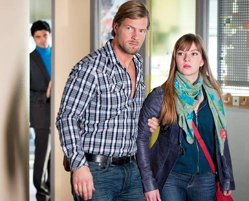Mick will einfach nicht verstehen, dass sich Isabelle (Luise Risch, r.) und Andreas  getrennt haben. Er schmiedet einen Plan, um die beiden gegen ih... - Bildquelle: Martin Rottenkolber - Sat1