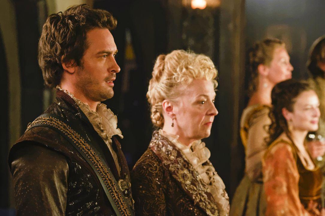 Lord Darnley (Will Kemp, l.) wird von seiner Mutter Lady Lennox (Nola Augustson, r.) dazu gedrängt, Königin Mary zu seiner Frau zu nehmen, obwohl er... - Bildquelle: Ben Mark Holzberg Ben Mark Holzberg/The CW -   2017 The CW Network, LLC. All Rights Reserved.