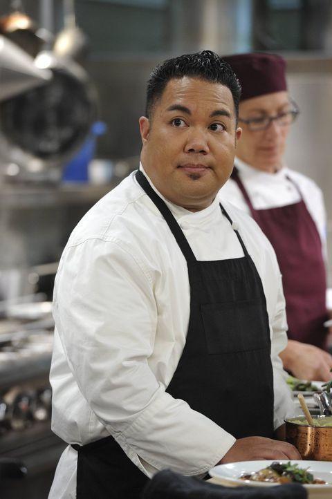 Macht in der Küche bei den Auseinandersetzungen zwischen Rudy und Gabriel so einiges mit: Paul (Reggie De Leon) kann sich manchmal nur wundern ... - Bildquelle: Warner Brothers Entertainment Inc.