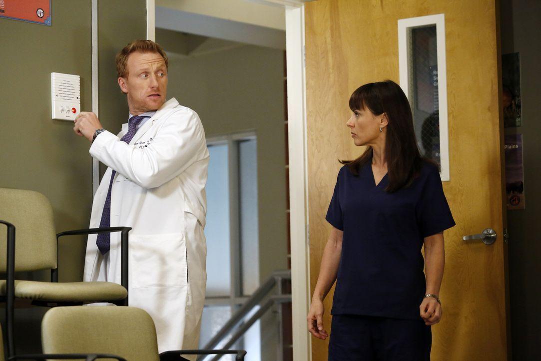 Die Nerven der Chirurgen aus dem Seattle Grace Krankenhaus liegen blank, als Owen (Kevin McKidd, l.) mit Dr. Alana Cahill (Constance Zimmer, r.) auf... - Bildquelle: ABC Studios