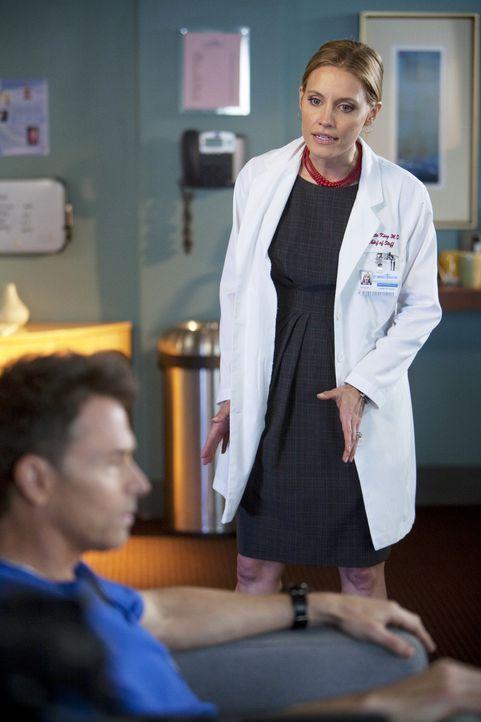 Geraten wegen einem Patienten aneinander: Charlotte (KaDee Strickland, r.) und Pete (Tim Daly, l.) ... - Bildquelle: ABC Studios