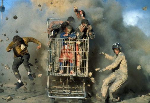 Jackass: The Movie - Jackass: Dave England, l., Ehren McGhehey, r. Im Einkauf...