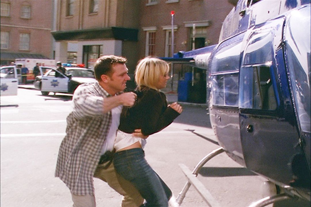 Billie (Kaley Cuoco, r.), Henry und Paige versuchen für Nick (Karl Makinen, l.), einen vorbestraften Ex-Marine, ein Darlehen zu bekommen. Als der Ba... - Bildquelle: Paramount Pictures