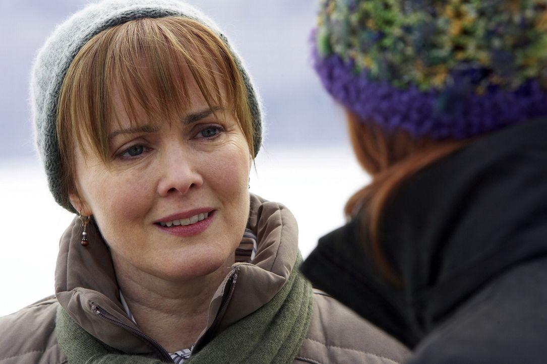 Ist von ihrer leiblichen Mutter enttäuscht: Kerry (Laura Innes, l.) ... - Bildquelle: WARNER BROS