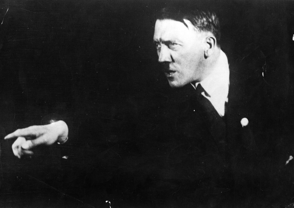 Ein stechender Blick, theatralische Posen: Bilder aus dem Jahr 1925 zeigen, wie Adolf Hitler schon sehr früh seine Auftritte probte. - Bildquelle: Heinrich Hoffmann Hulton Archive/Getty Images