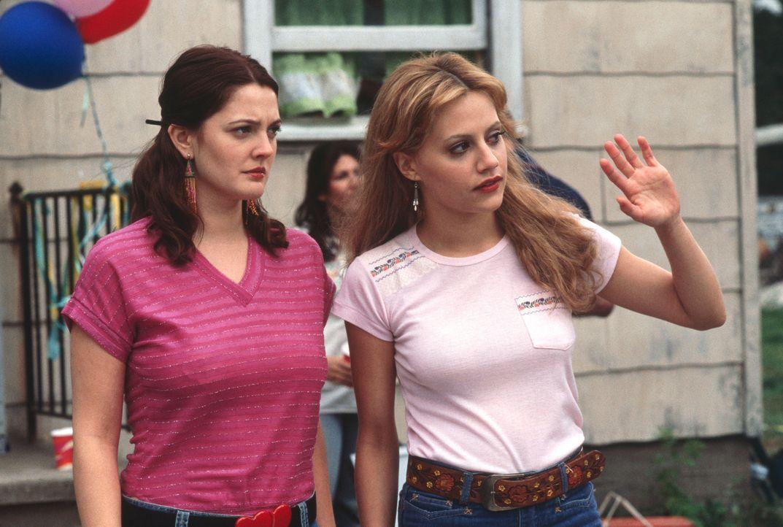 Beverly (Drew Barrymore, l.) wächst gemeinsam mit ihrer Freundin Fay (Brittany Murphy, r.) in den wilden sechziger Jahren auf. Wie alle Teenager is... - Bildquelle: 2003 Sony Pictures Television International. All Rights Reserved.