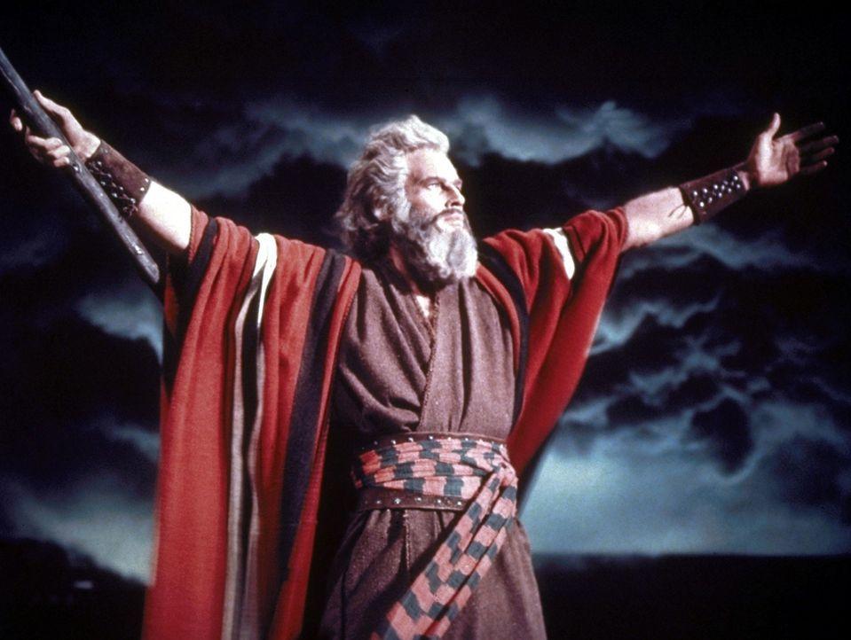 Moses (Charlton Heston) teilt die Meere ... - Bildquelle: Paramount Pictures