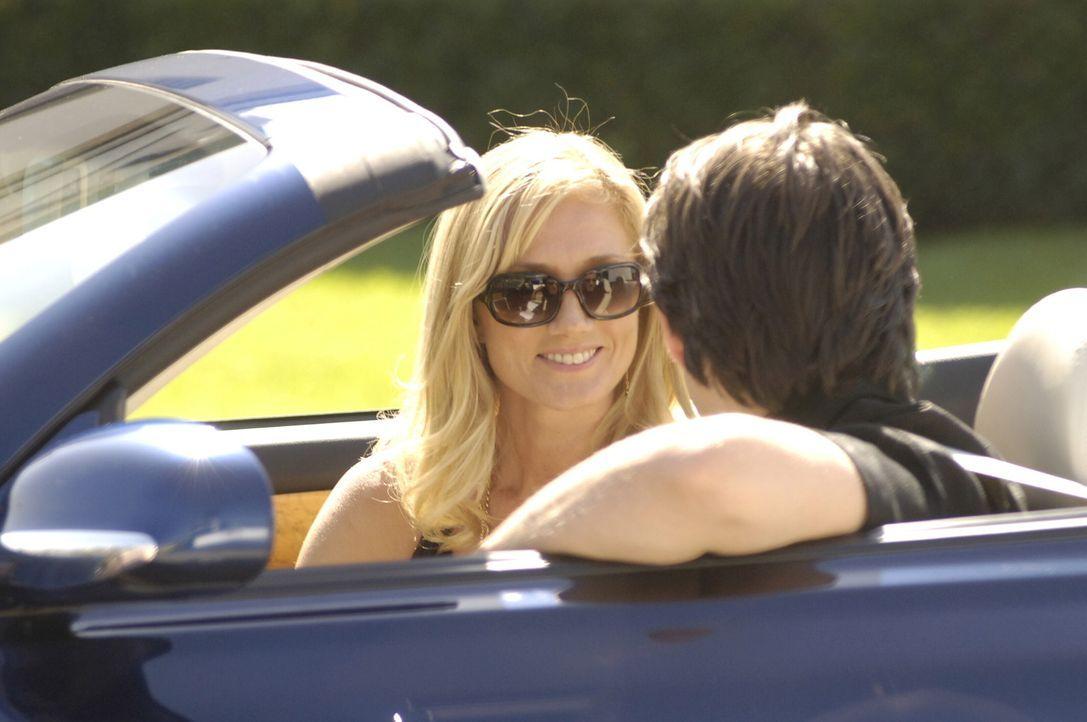 Unglaublich: Quentin (Bruno Campos, r.) fährt Julia (Joely Richardson, l.) zu Christians Hochzeitsfeier ... - Bildquelle: TM and   2005 Warner Bros. Entertainment Inc. All Rights Reserved.