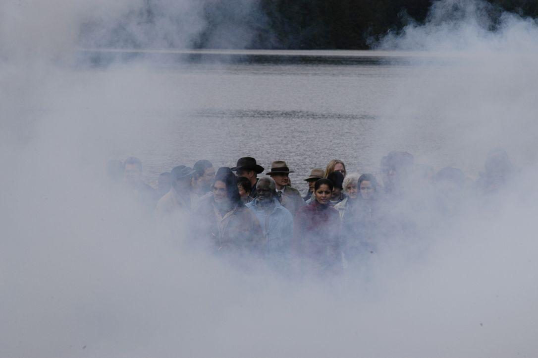 Zusammen mit dem Lichtball erscheinen plötzlich 4400 Männer und Frauen, die teilweise vor Jahrzehnten spurlos verschwanden ... - Bildquelle: Viacom Productions Inc.