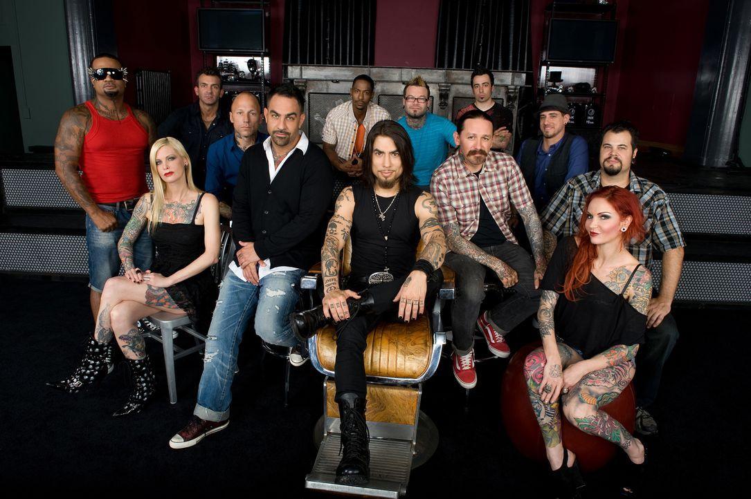 (1. Staffel) - Die 10 begnadeten Tätowierer wollen die Jury bestehend aus Dave Navarro (vorne M.), Oliver Peck (vorne 4.v.r.) und Chris Nunez (5.v.l... - Bildquelle: Fernando Leon Spike TV