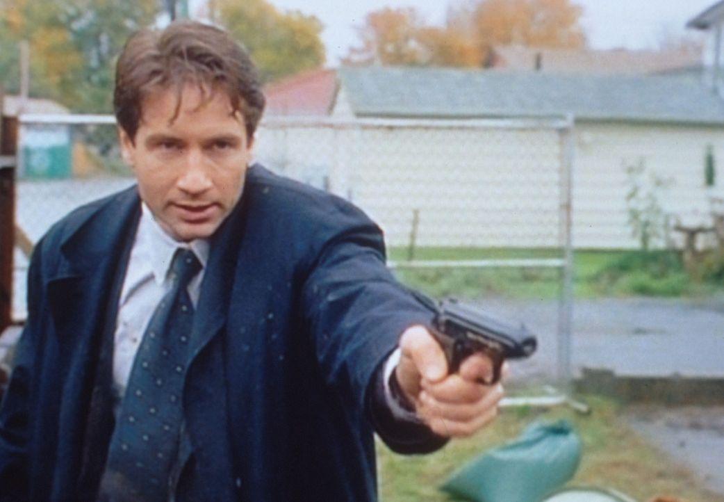 Mulder (David Duchovny) verhaftet einen mordverdächtigen Japaner, den er aber kurz darauf wieder laufen lassen muss, weil es sich um einen Diplomate... - Bildquelle: TM +   2000 Twentieth Century Fox Film Corporation. All Rights Reserved.