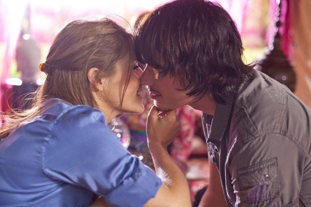 Bea (Vanessa Jung, l.) und Ben (Christopher Kohn, r.) vereint - doch wie lange? - Bildquelle: SAT.1